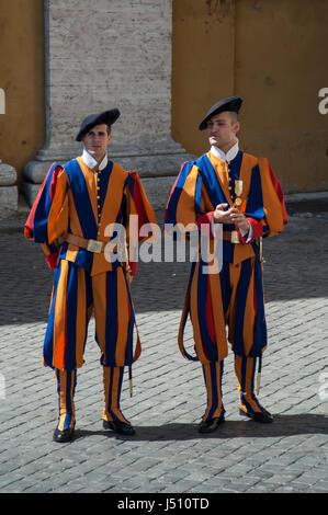 Deux soldats de la Garde Suisse du Vatican à l'extérieur de la Basilique Saint-Pierre, Cité du Vatican Banque D'Images