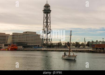 Lever du soleil dans le port de Barcelone, à la fin de Las Ramblas. Sur la photo, un bateau de pêche, l'immeuble du World Trade Centre et le funiculaire de la tour. Ba