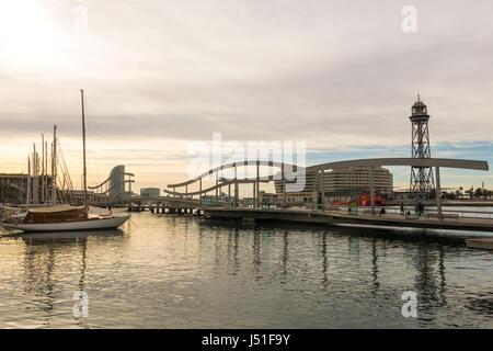 Lever du soleil dans le port de Barcelone, à la fin de Las Ramblas. Sur la photo, les Ramblas sur la mer, l'immeuble du World Trade Centre et le funiculaire de t