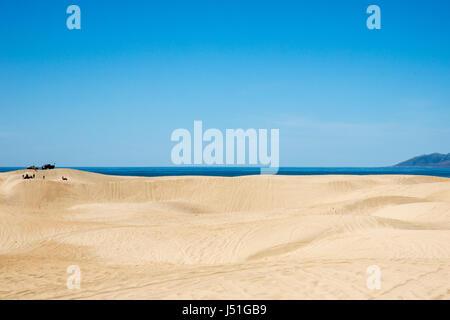 Plaisir en famille explorer les dunes de sable de Pismo Beach, CA Banque D'Images