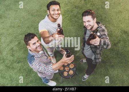 Vue de dessus de professionnels jeunes amis de boire une bière et faire un barbecue Banque D'Images