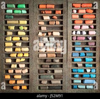 Ensemble de bâtons de pastel utilisé dans un fort arrière-plan. Palette de vieux crayons classés par couleur. Outils Banque D'Images