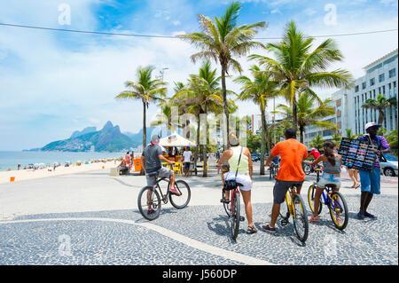 RIO DE JANEIRO - 1 février 2017: un groupe de visiteurs à la plage d'Ipanema arrêter leurs vélos sur le trottoir Banque D'Images