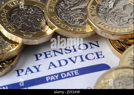 Payer la pension d'entreprise AVIS DE PASSAGE AVEC UN NOUVEAU PIÈCES LIVRE RE DE RETRAITE Les retraités RETRAITE Banque D'Images