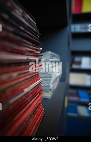 Pile de livres sur l'étagère de bibliothèque de l'école Banque D'Images