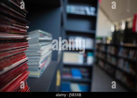Pile de livres sur l'étagère de bibliothèque à l'école Banque D'Images