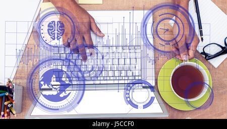 Digital composite de vue de dessus des mains avec ordinateur portable et Coffee cup Banque D'Images