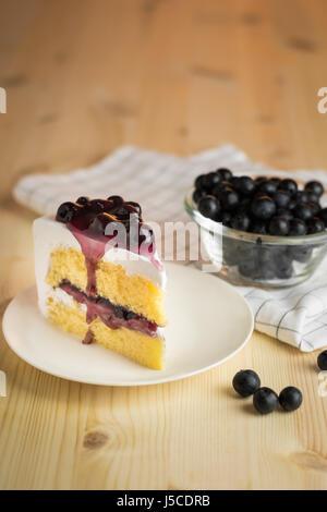 Délicieux dessert cool background, bleuet sucré frais gâteau avec plaque blanche, selective focus Banque D'Images