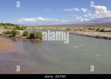 Rivière et Montagne à Barreal, Province de Mendoza, Argentine