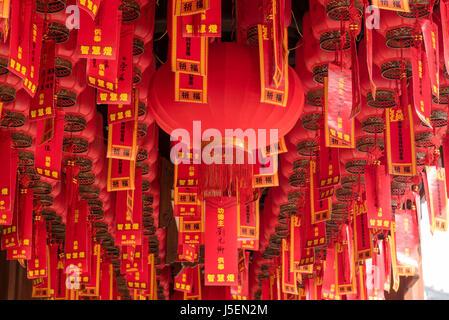 La prière tags accrochées au plafond à Jade Buddha Temple,, Shanghai, Chine Banque D'Images