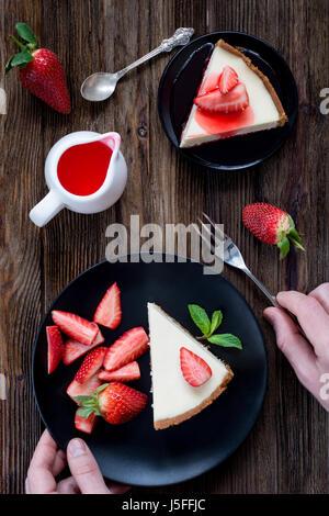 Gâteau au fromage aux fraises sur plaque noire Vue de dessus de table Banque D'Images