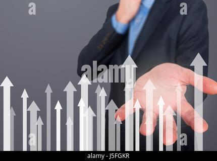 Businessman avec symboles financiers à venir. Entreprise, la croissance, l'investissement concept. Man main montrant Banque D'Images