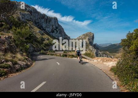 Les belles routes panoramiques du Cap de Formentor cycliste féminin avec personne, Mallorca, Majorque, Îles Baléares, Banque D'Images