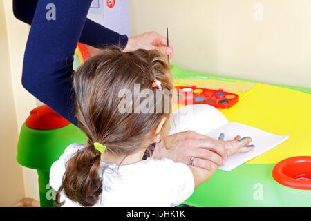 Photo d'une adorable petite fille dans une classe de peinture Banque D'Images