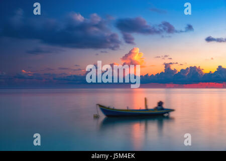Lever de soleil sur l'océan calme sur les Maldives Banque D'Images