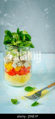 Salade de couscous végétalien, le tofu et les légumes dans un bocal. L'amour pour une saine nourriture vegan concept Banque D'Images