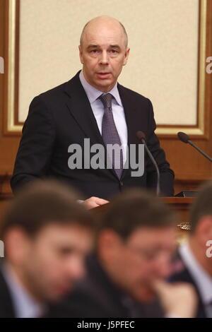 Moscou, Russie. 18 mai, 2017. Le ministre russe des finances Anton Siluanov (debout) lors d'une réunion des représentants Banque D'Images