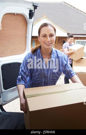 Jeune couple déménagement dans de nouveaux locaux le déchargement Camion Banque D'Images
