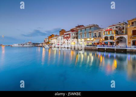 Voir la soirée des agios Nikolaos et de son port, Crète, Grèce. Banque D'Images