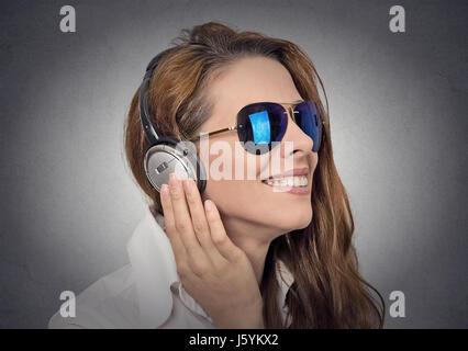 Belle femme d'écouter de la musique Banque D'Images