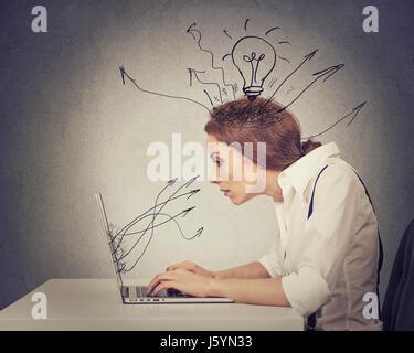Young business woman working saisie sur ordinateur dans son bureau Banque D'Images