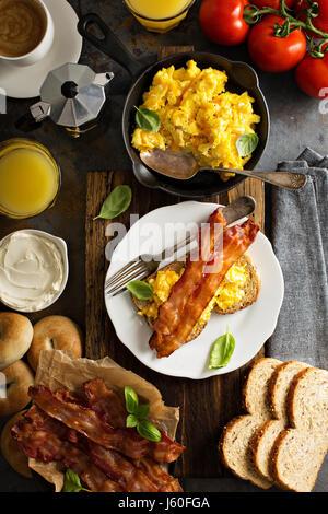 Grand petit-déjeuner avec du bacon et des œufs brouillés Banque D'Images