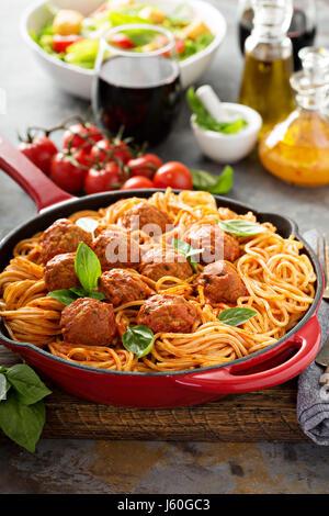 Spaghetti à la sauce tomate et boulettes de viande Banque D'Images