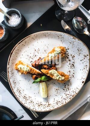 Filet de poulet dans la chapelure avec la sauce et les légumes. Studio Photo Banque D'Images