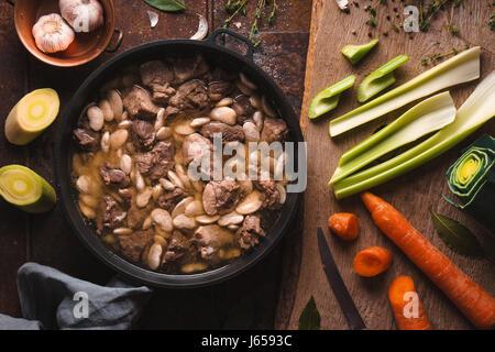 Préparation du cassoulet avec du porc et d'agneau et de légumes closeup Banque D'Images
