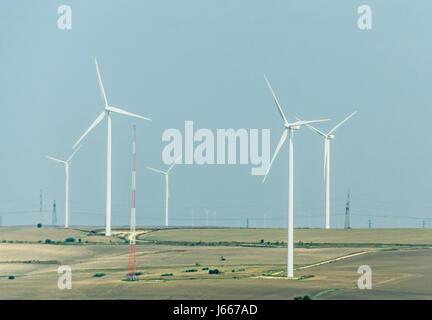 Champ éolien éoliennes et ferme. Banque D'Images