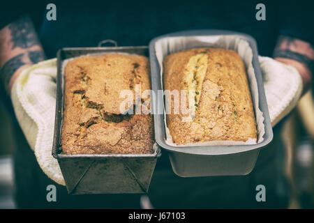 Bananes au four gâteaux dont l'un est sans gluten et l'autre est un réglage cuisson. Appliquer filtre vintage Banque D'Images