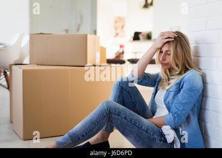 Tired woman épuisé alors que moving into new home Banque D'Images