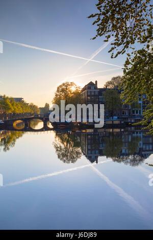 À l'aube de la rivière Amstel, Amsterdam, Pays-Bas Banque D'Images