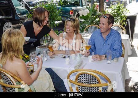 Roanoke Virginia Campbell Street Restaurant Metro homme femme couple groupes femmes boivent de la bière belle cuisine Banque D'Images