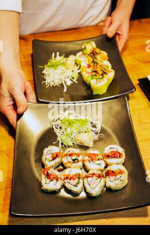 Roanoke Virginia Campbell Street Metro Restaurant cuisine américaine plaque asiatique rouleaux de sushi chef présentation Banque D'Images