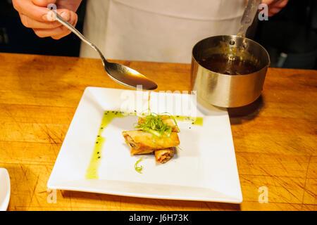 Roanoke Virginia Campbell Street Metro Restaurant cuisine américaine plaque asiatique sauce eggroll repas décontractés Banque D'Images