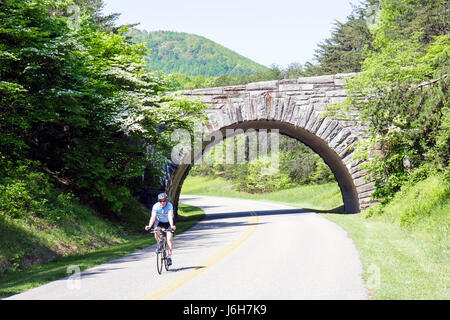 Virginie, Virginie, Sud, Comté de Roanoke, Roanoke, Blue Ridge Parkway, Appalaches Mountains, pont en pierre, cycliste, Banque D'Images