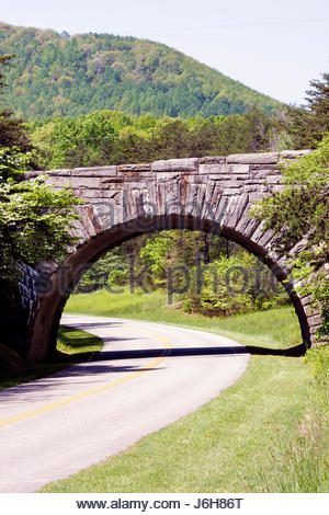 Virginie, Virginie, Sud, comté de Roanoke, Roanoke, Blue Ridge Parkway, Appalachian Mountains, pont en pierre, visite Banque D'Images