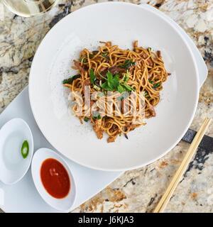Des nouilles avec viande de canard, poulet, champignons shiitake Banque D'Images