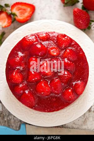 Gâteau au fromage aux fraises sur pâte brisée . Banque D'Images