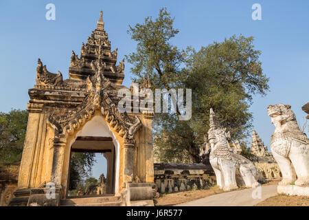 Porte ornée de statues et de tuteur à la lion Maha Aungmye Bonzan (Aung Mye) monastère à Inwa (AVA) près de Mandalay Banque D'Images