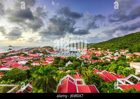 Le port et les toits de Saint Barthelemy dans les Caraïbes. Banque D'Images