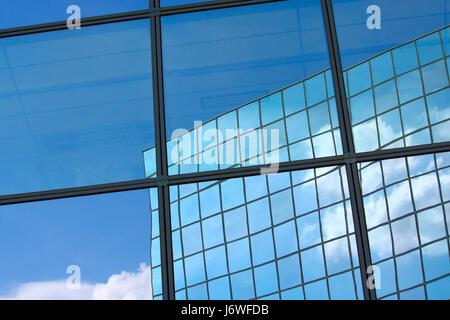 Calice en verre bleu tumbler hublot fenêtre lucarne réflexion volet Banque D'Images