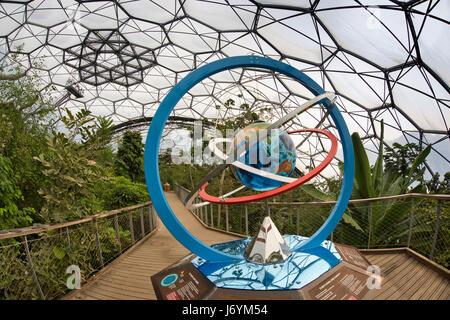 UK, Cornwall, St Austell, Bodelva, Eden Project, le biome de la forêt tropicale, globe changement climatique sculpture Banque D'Images