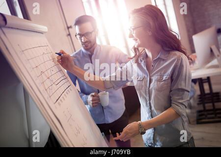 Les collègues travaillant en équipe et discuter des idées Banque D'Images