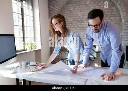 Processus de coworking, concepteurs travaillant dans l'équipe de bureau moderne