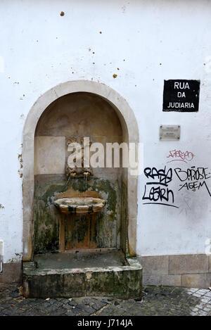 Fontaine d'eau potable, la Rua de le Judiaria, Alfama, Lisbonne, Portugal Banque D'Images