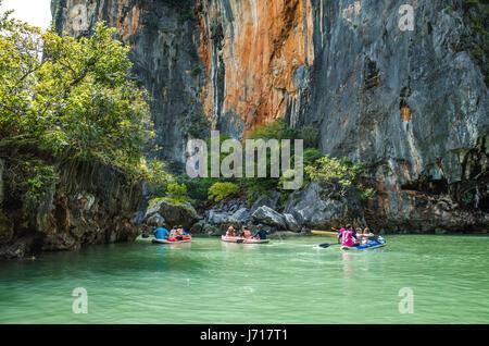 Kayak les touristes sur les îles de Phuket, Phang nga Bay. Thaïlande