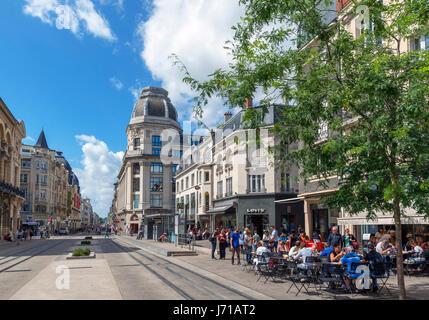 Boutiques et cafés dans le centre-ville, rue de Vesle. Reims, France Banque D'Images