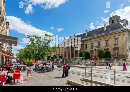 Café et boutiques à la recherche vers le palais de justice (Tribunal de Grande Instance de Reims) au centre ville, Banque D'Images